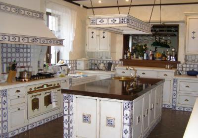 Прованская кухня с керамической плиткой