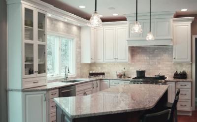 Светлая классическая угловая кухня 1