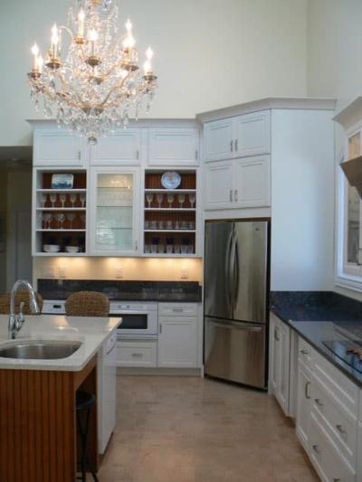 Угловая кухня с холодильником в углу 6