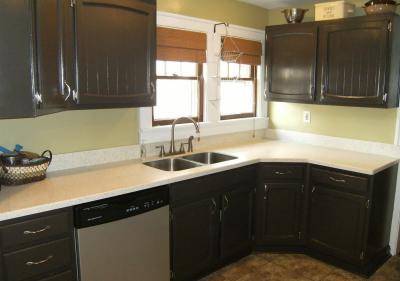 Угловая кухня с кухонным столом в углу 6