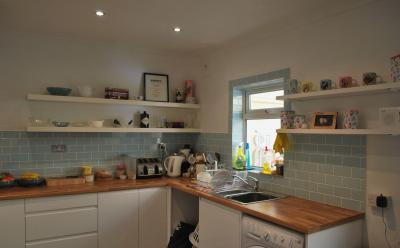 Комбинирование плитки с другими материалами в кухне 1
