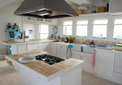 Комбинирование плитки с другими материалами в кухне 2