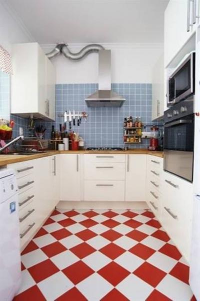 Комбинирование плитки с другими материалами в кухне 3